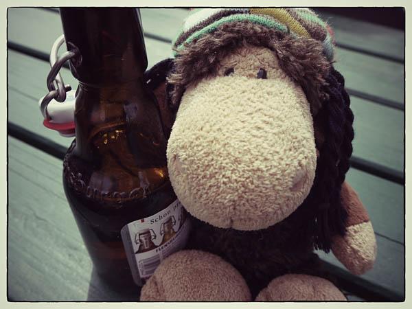 Luis' Taktik: bei Sturm einfach am Bier festhalten!