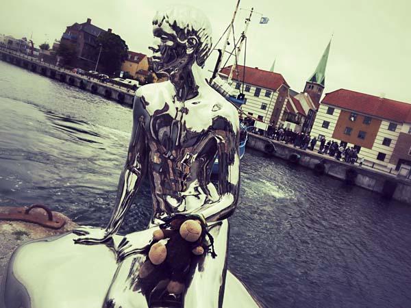 Luis begegnet Jüngling Han am Hafen.