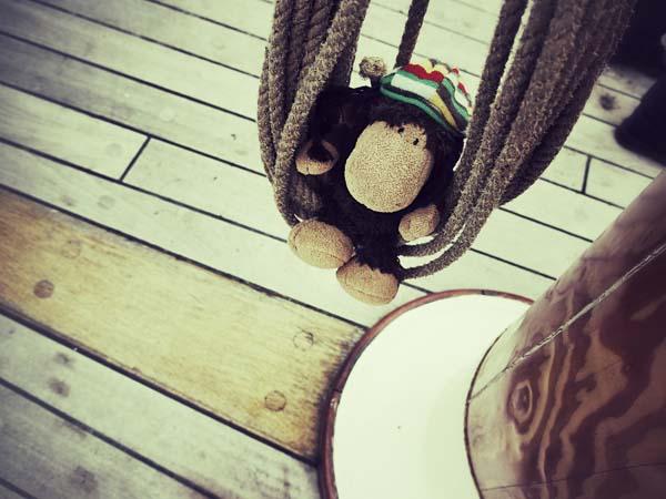 No sails please! Luis hängt in den Seilen.