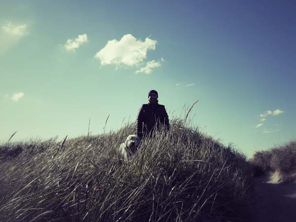 Janni mit Monsieur in den Dünen.