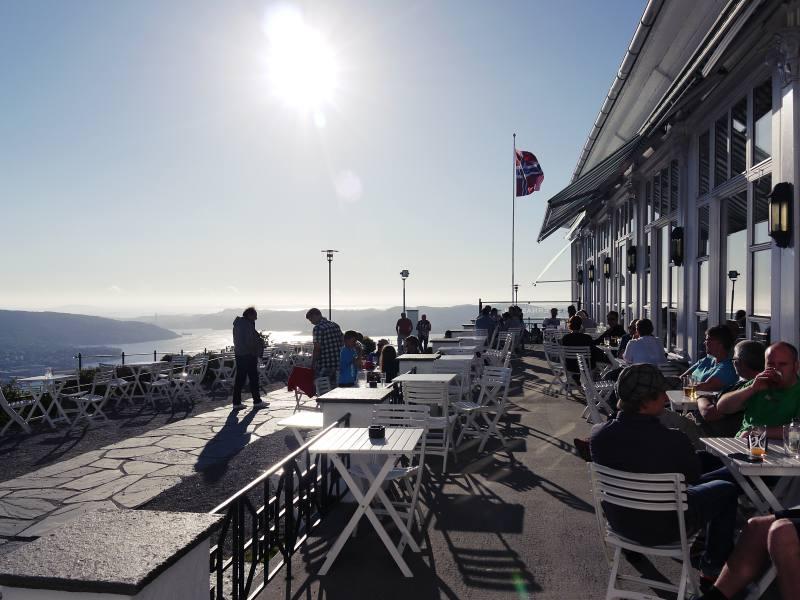 Sommer in Bergen: Schalentiere mit Freunden essen. Stundenlang.