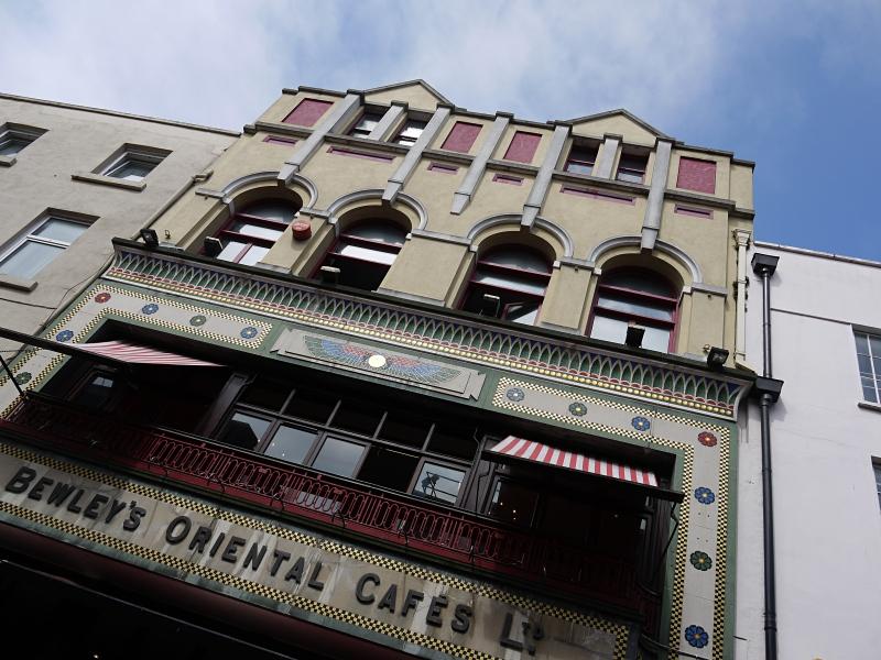 Hier hat schon James Joyce seinen Kaffee getrunken: das Bewley's auf der Grafton Street in Dublin