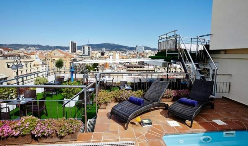 Terrasse mit Ausblick und Pool