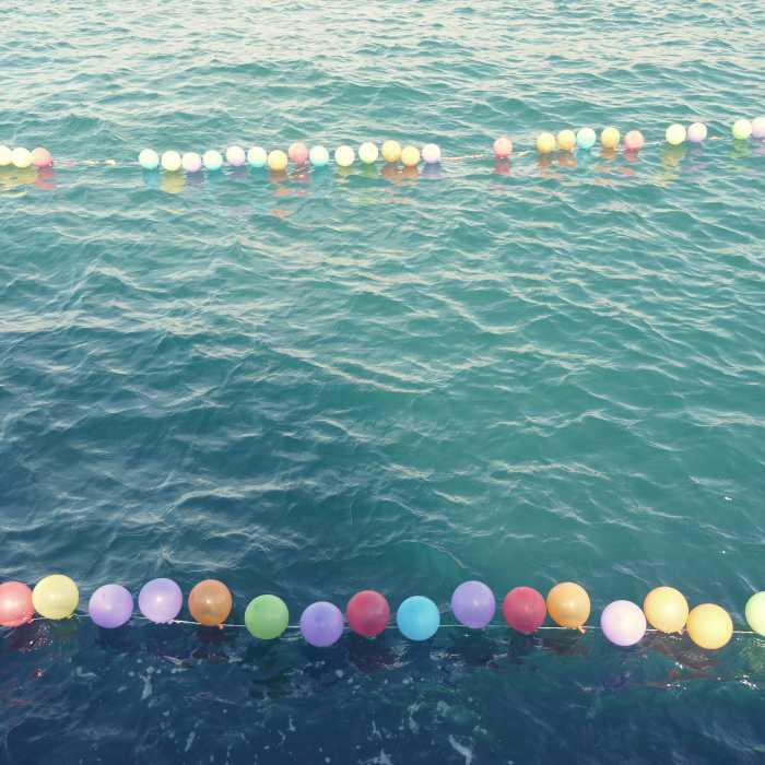 Freizeit am Kai: Luftballons erschießen.