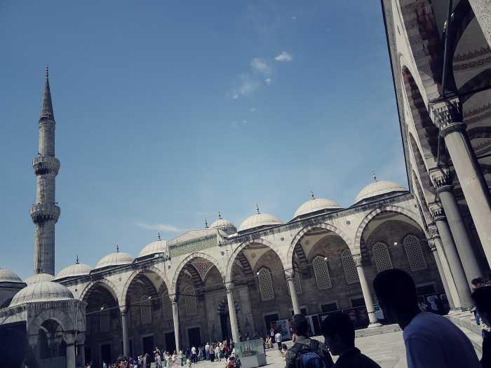 Im Innenhof der Blauen Moschee