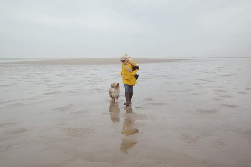 Mit Hund am Strand