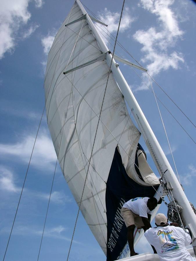 Segel setzen auf dem Katamaran nach Saint Lucia