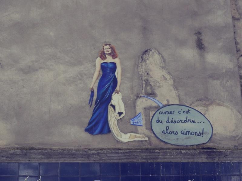 "Rita Hayworth vor ""le mur des je t'aime"""