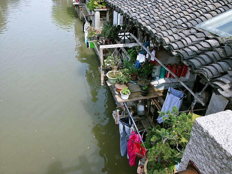 Balkone der Häuser am Wasser